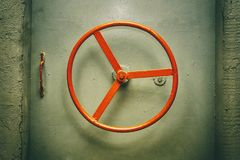 Handweel rouge de la serrure de la porte hermétique Photos libres de droits