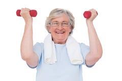 handweights lyftande pensionären kvinnan Arkivfoton