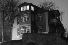 Handwerker-Art-Haus nachts stockbild