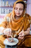 Handwerker, der Armbänder herstellt lizenzfreie stockfotografie