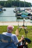 Handwerker, der eine Seelandschaft malt Lizenzfreies Stockfoto