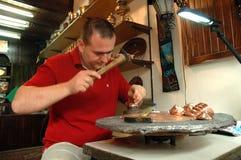 Handwerker, der einen kupfernen Teller in Mostar bastelt Stockfoto