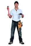 Handwerker, der einen Schlüssel hält Lizenzfreie Stockbilder