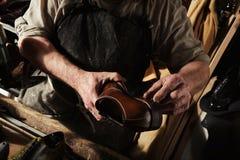 Handwerker, der handgemachte Mannluxusschuhe herstellt lizenzfreie stockbilder