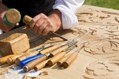 Handwerker, der Holz schnitzt Lizenzfreie Stockfotografie