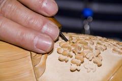 Handwerker, der Holz schnitzt Stockbild