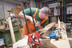 Handwerker in der Holzarbeit bereitet Platte vor Stockfotografie