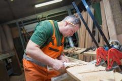 Handwerker in der Holzarbeit bereitet Platte vor Stockbild