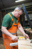 Handwerker in der Holzarbeit bereitet Platte vor Stockfotos