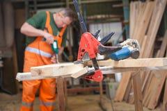Handwerker in der Holzarbeit bereitet Platte vor Lizenzfreies Stockbild