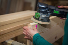 Handwerker in der Holzarbeitschleifenplatte Stockfotos