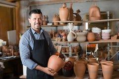 Handwerker, der Keramik in den Händen hat lizenzfreies stockfoto
