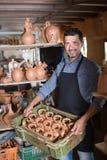 Handwerker, der Keramik in den Händen hat lizenzfreie stockfotografie