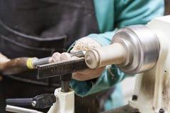 Handwerker, der mit Holz arbeitet Lizenzfreie Stockfotos