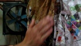 Handwerker, der an Papier mache arbeitet stock video footage