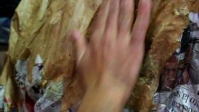 Handwerker, der an Papier mache arbeitet stock footage
