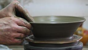 Handwerker, der Platte vom Lehm herstellt stock video