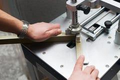 Handwerker, der an Rahmen im frameshop arbeitet Stockbilder