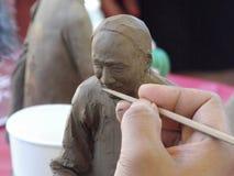 Handwerker des traditionellen Chinesen, der Terrakotta schnitzt Stockfotografie