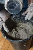 Handwerker mischen Beton - Nahaufnahme Stockbild