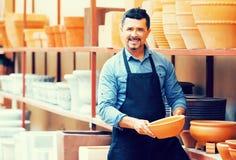 Handwerker mit keramischer Tonware stockbilder