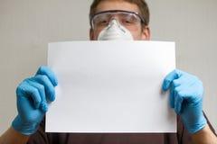 Handwerker mit Normalpapierblatt Stockbild