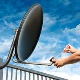 Handwerker Repair Satellite Dish Stockfotos