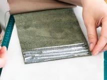 Handwerker setzt eine Schicht Kleber auf den Taschenrand stockfotos