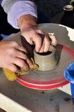 Handwerker stellt ein Tongefäß mit einer Drehbank her Stockfotos
