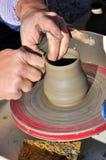 Handwerker stellt ein Tongefäß mit einer Drehbank her Stockfotografie