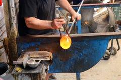 Handwerker stellt Glas her Glashütteprozeß lizenzfreie stockfotos
