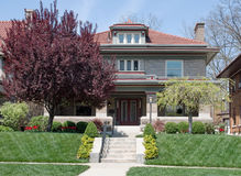 Handwerker Style Home auf Hügel mit der Landschaftsgestaltung Stockbild