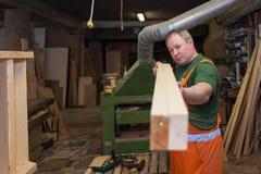 Handwerker in versuchender Platte der Holzarbeit Stockbild
