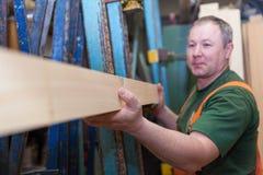 Handwerker in versuchender Platte der Holzarbeit Lizenzfreie Stockfotos