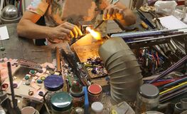 Handwerker von Glasswork während des Glases, das mit der Flamme herein verarbeitet Stockbild