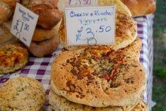 Handwerkerhaus kochte Brot auf Tabelle mit Preisschilds für Verkauf stockbild