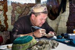 Handwerkerherstellung der alten Militärrüstung in Asien stockbilder