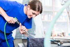 Handwerkerin in der Steinmetzfabrik, die an Grundstein arbeitet Stockfoto