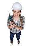 Handwerkerin, die ein Bohrgerät anhält Lizenzfreie Stockfotografie