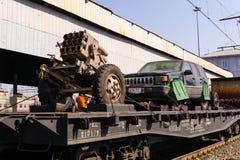 Handwerkliches Schießwesen und SVBIED von Terroristen auf einem Bahnflachwagen stockfotos