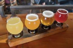 Handwerks-Bier-Beispielprobieren-Flug Stockfotos