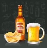 Handwerks-Bier in der Flasche und im Becher nahe Chips Glass Bowl lizenzfreie abbildung