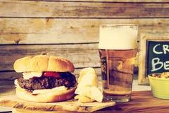 Handwerks-Bier mit Hamburger lizenzfreies stockbild