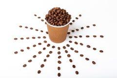 HandwerksKaffeetasse voll der Kaffeebohne auf weißem Hintergrund stockbilder