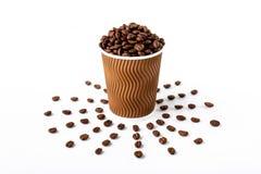 HandwerksKaffeetasse voll der Kaffeebohne auf weißem Hintergrund stockfoto
