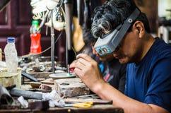 Handwerksschmuckherstellung Setzen des Diamanten auf den Ring lizenzfreie stockbilder