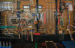 Handwerkzeugausrüstungs-Gegenstandanordnung auf Autoselbstservice- und -wartungswand stockfotografie