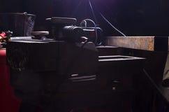 Handwerkzeuge in der Schmiede mit Hintergrundlicht Industrielles Konzept Stockbild