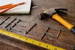 Handwerkzeuge und Werkbank-Hintergrund Stockfotos
