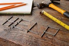 Handwerkzeuge und Werkbank-Hintergrund Stockfotografie